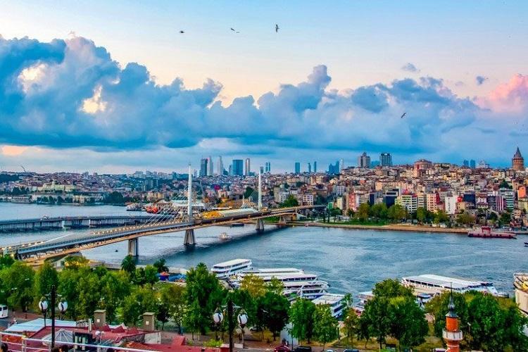 أعادت تركيا فتح أبوابها وبدأ الأوروبيون في حجز العطلات